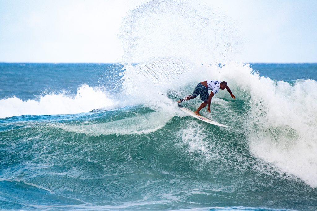 Wiggolly Dantas colabora com o esporte em surf treino no seu quintal de casa.