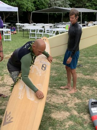 Kelly Slater e Mike Parsons, The Eddie Aikau Invitational 2019, Waimea Bay, North Shore de Oahu, Havaí. Foto: Fernando Iesca.