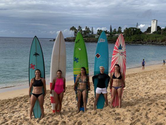 Paige Alms, Raquel Heckert, Andrea Moller, Keala Kenelly e Bianca Valenti, The Eddie Aikau Invitational 2019, Waimea Bay, North Shore de Oahu, Havaí. Foto: Fernando Iesca.