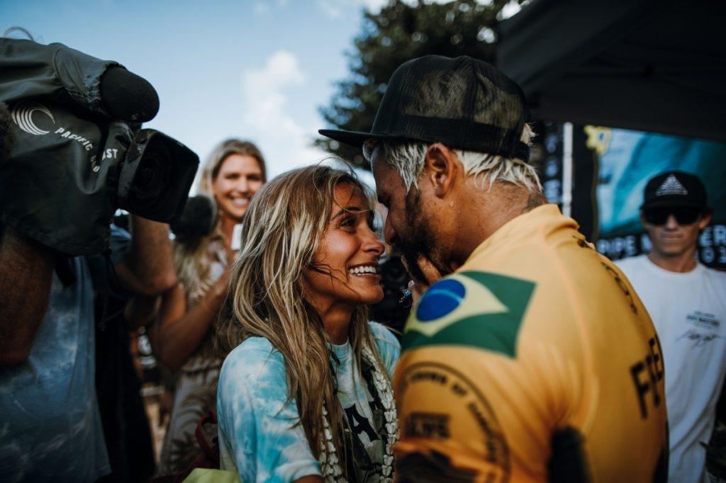 Campeão comemora a com a namorada, Mari Azevedo.