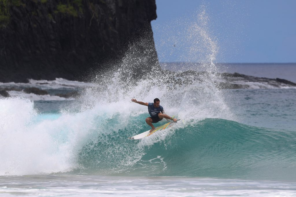 Ramzi Boukhiam num belo surfe de borda.