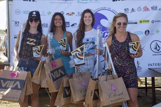 Pódio Feminino, Circuito ASCAS 2020, Balneário Rincão (SC). Foto: Vivi Surf.