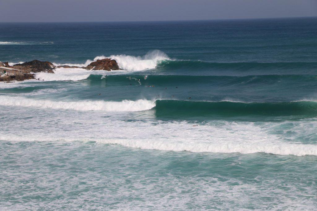 Praia Grande é palco de surfe treino.
