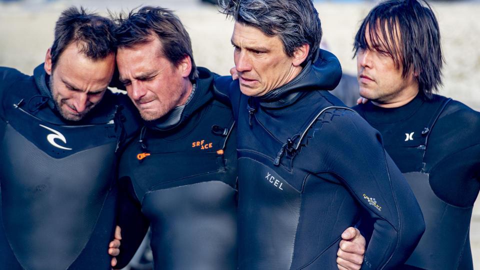 Comunidade local ainda chora a morte de surfistas em Scheveningen Beach.