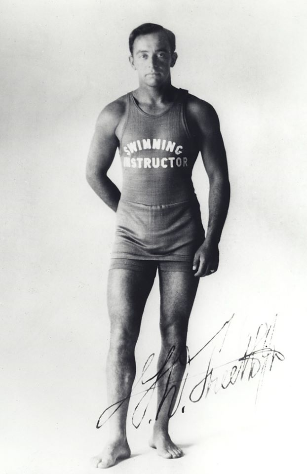 George Freeth nasceu em Oahu e foi um dos responsáveis por levar o surfe aos EUA.