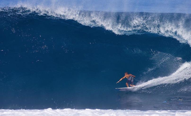 Diego Santos com maestria em Off The Wall, North Shore de Oahu, Havaí.