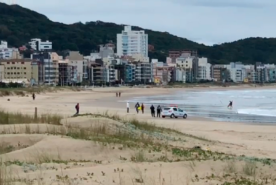 Guarda municipal fiscaliza as praias de Laguna: decreto do final de junho proibiu a prática do surfe em meio à pandemia.
