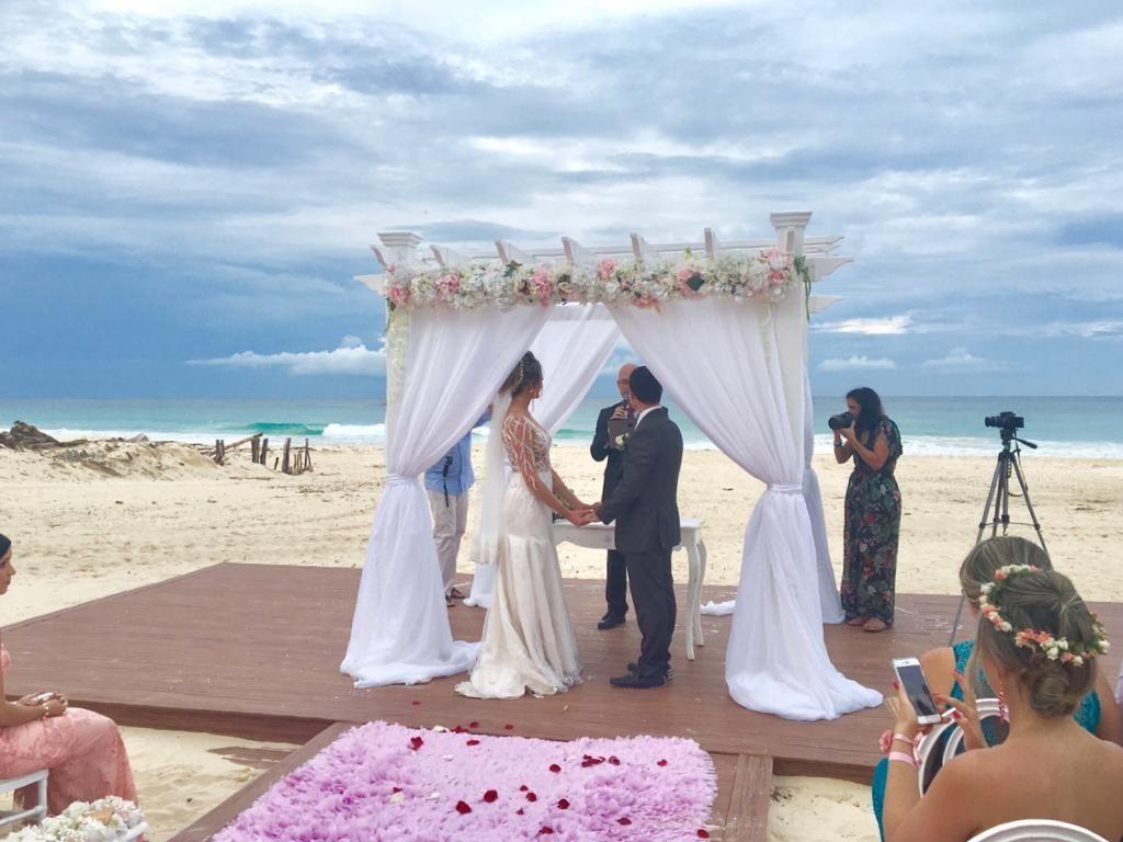Aline contou com apoio de uma empresa para planejar seu casamento à distância.