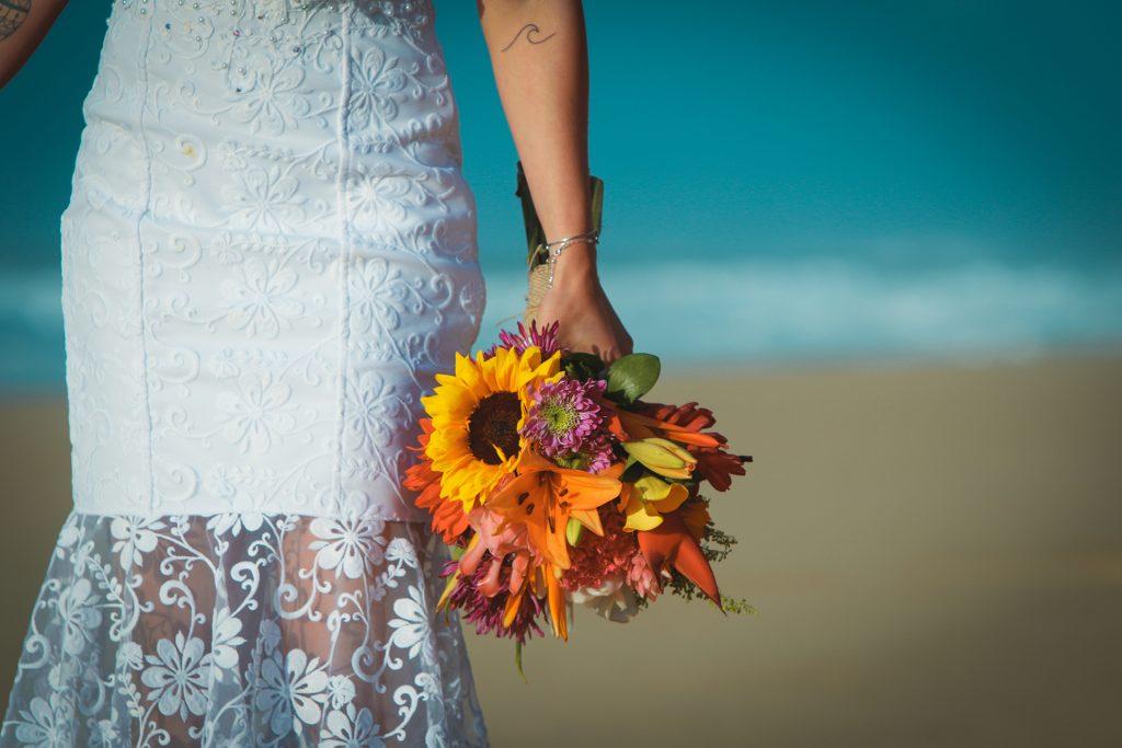 Casamento na praia também tem a ver com simplicidade.