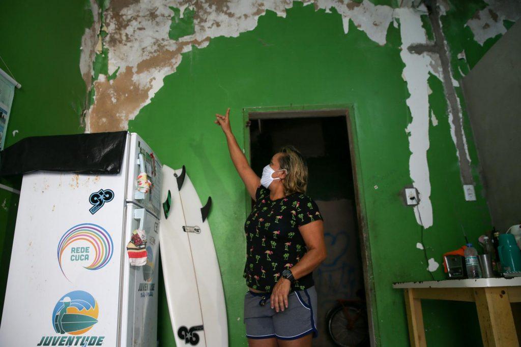 Tita Tavares procurou a Defesa Civil em 2020 e teve a casa demolida neste ano.