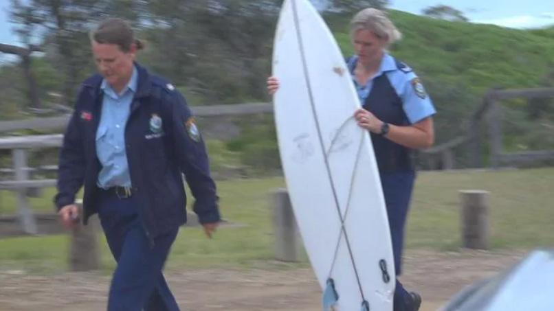 A prancha do surfista com as marcas do ataque próximas da rabeta.