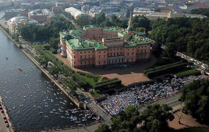 Festival de SUP, Rio Fontanka, São Petersburgo, Rússia. Foto: Reprodução.