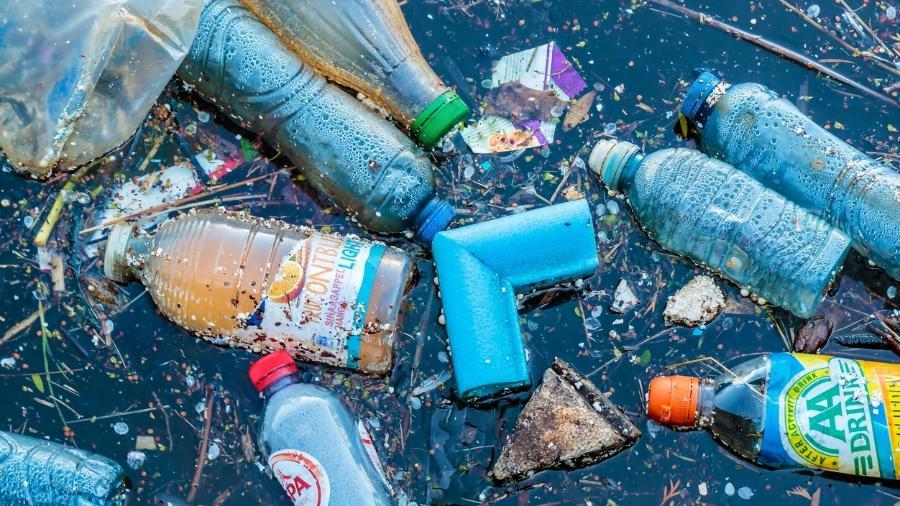 Plástico exposto ao sol transforma oceano em sopa química, diz estudo.