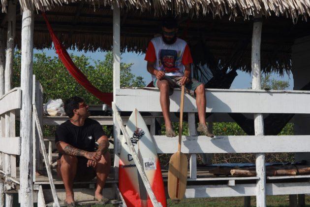 Ruan Felipe dando dicas para o André PsicoPássaro antes do surfe, Rio Mearim, Arari (MA). Foto: @dgb.audiovisual.