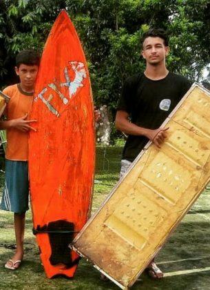 Ruan Felipe (direita) quando estava começando a surfar, com uma porta de geladeira, Rio Mearim, Arari (MA). Foto: @dgb.audiovisual.