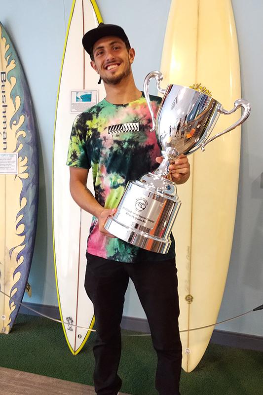 Saquaremense com o troféu de campeão da WSL Latin America de 2019.