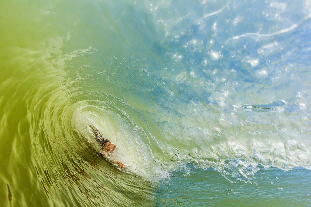 Bodyboarder em ação nos cilindros da Praia Brava.