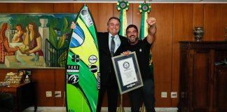Presidente da República Jair Bolsonaro recebe Rodrigo Koxa em Brasília, atual detentor do recorde mundial da maior onda já surfada na história, pelo Guinness World Records.