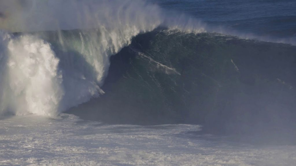 Lucas Chumbo desce a montanha histórica na Praia do Norte.