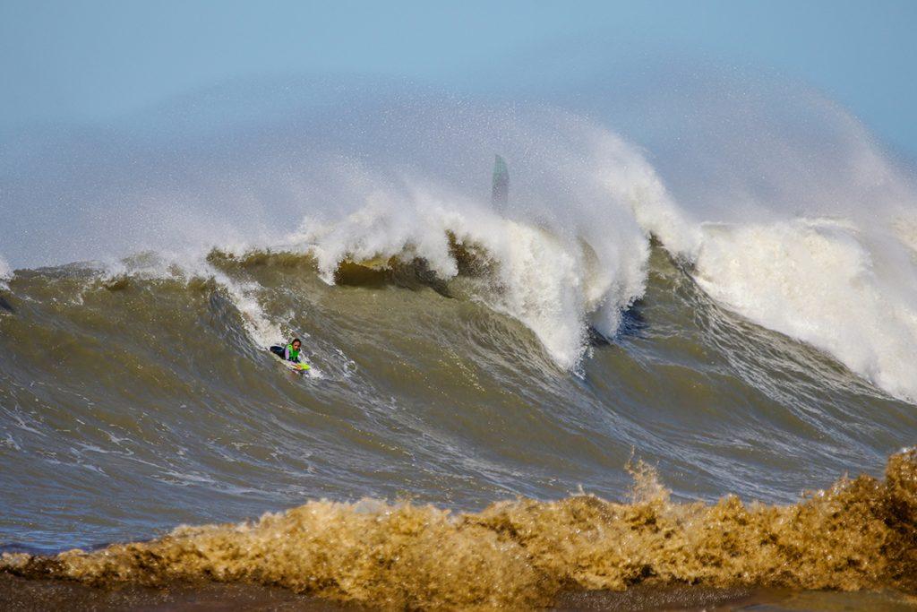 Camille Oliveira desce a ladeira no big swell do dia 21 de setembro na Praia do Cardoso.