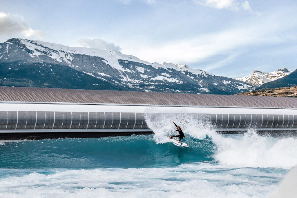 Surfe e snowboard no mesmo dia? Alaïa Bay será inaugurada em Sion, Valais.