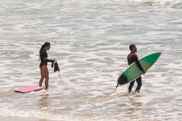 Camille Oliveira e Francisco Carneiro, Praia do Rosa, Imbituba (SC). Foto: Lucas Pontes / @_lucaspontesphoto_.