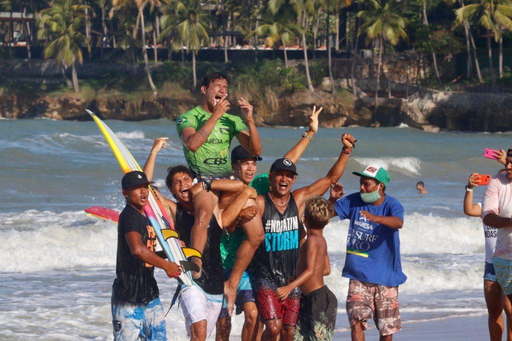 Atleta emocionado com a vitória inédita nas ondas da Taíba.