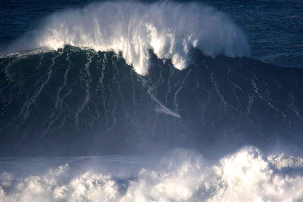 Lucas Chumbo concorre com onda surfada em Nazaré, Portugal.