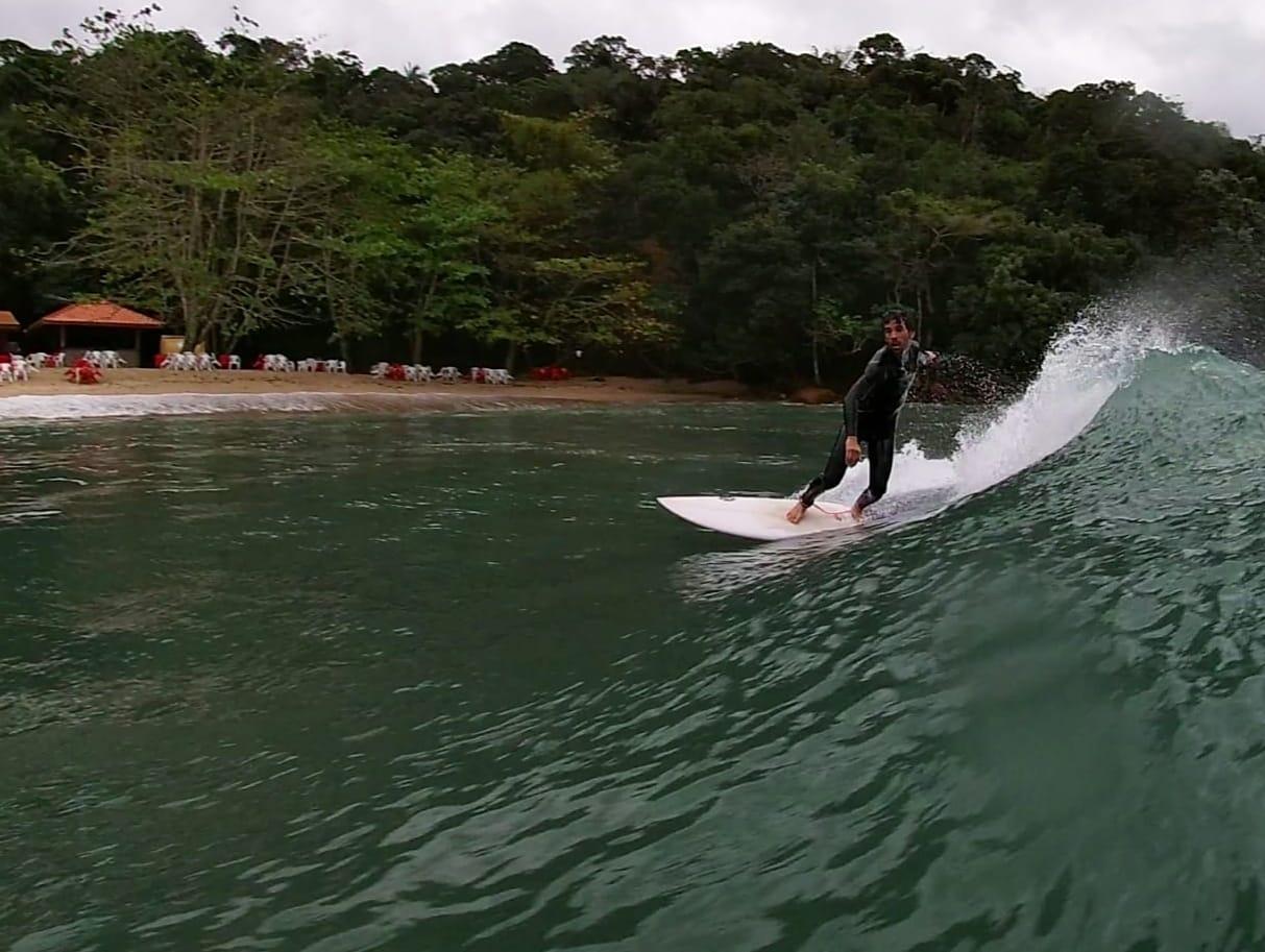 Marco Ferragina é surfista da capital paulista e apaixonado pelas ondas. Nesta foto, em Ubatuba (SP).