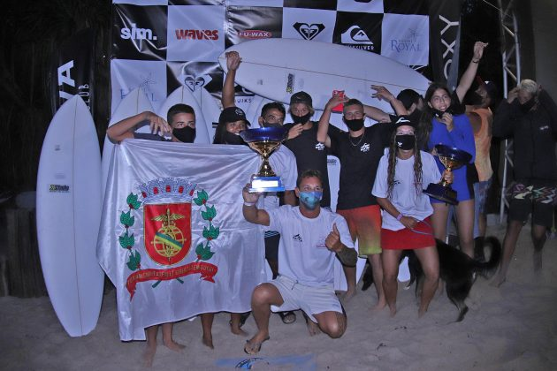 Pódio Surfe Clubes, Quiksilver Estadual 2020, Camburi, São Sebastião (SP). Foto: Munir El Hage.