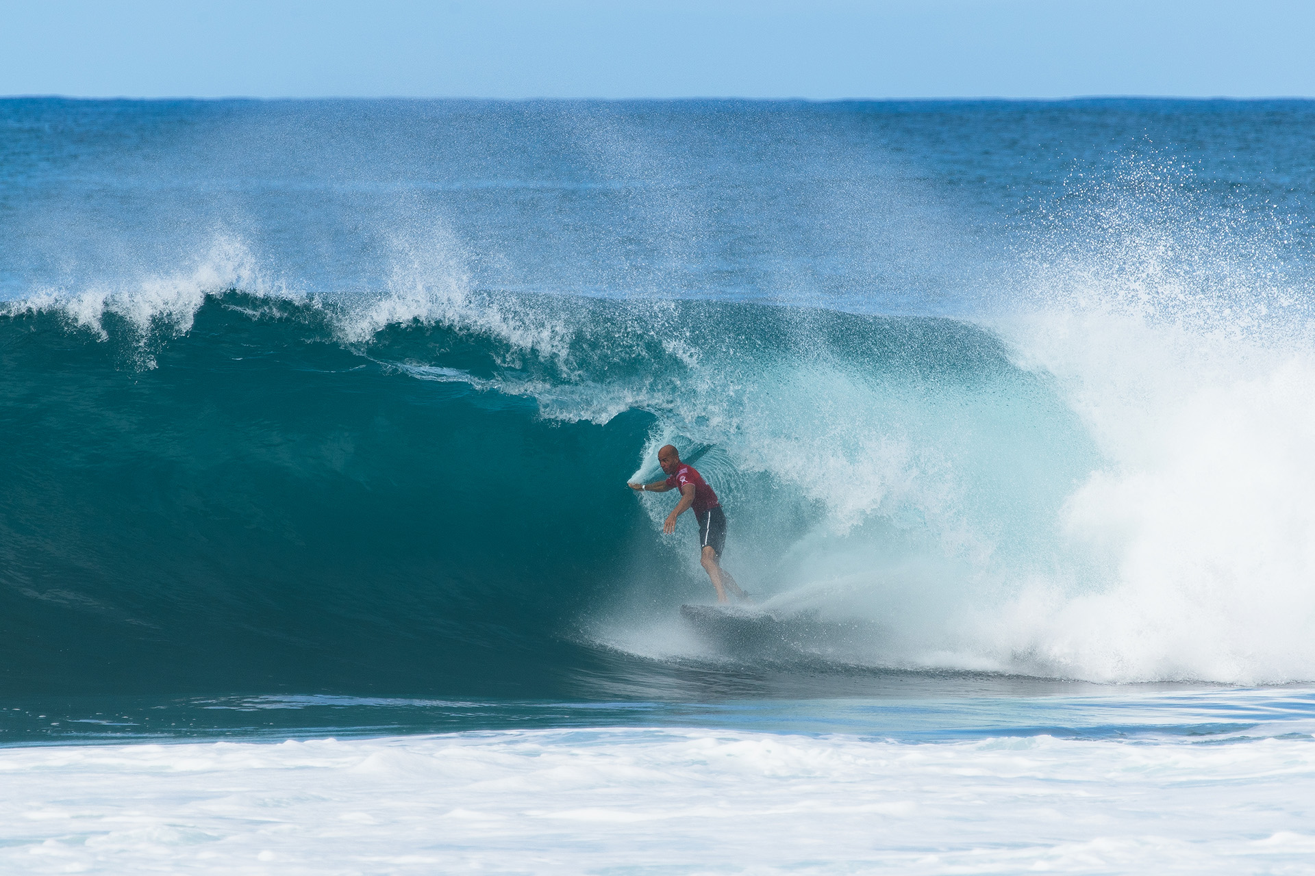 Kelly Slater compete de biquilha no Billabong Pipe Masters.