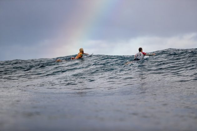 Italo Ferreira e Ryan Callinan, Billabong Pipe Masters 2020, North Shore de Oahu, Havaí. Foto: WSL / Brent Bielmann.