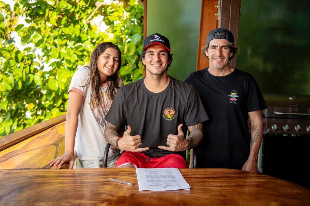 Gabriel Medina ao lado da irmã Sophia e o pai Charles: de contrato renovado, Top inicia caminhada rumo ao tricampeonato mundial.