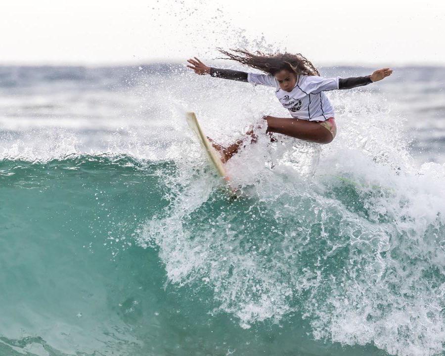 Talento da Bahia, Maria Eduarda, 12, surfa há nove anos e tem uma mentalidade incrivelmente determinada.