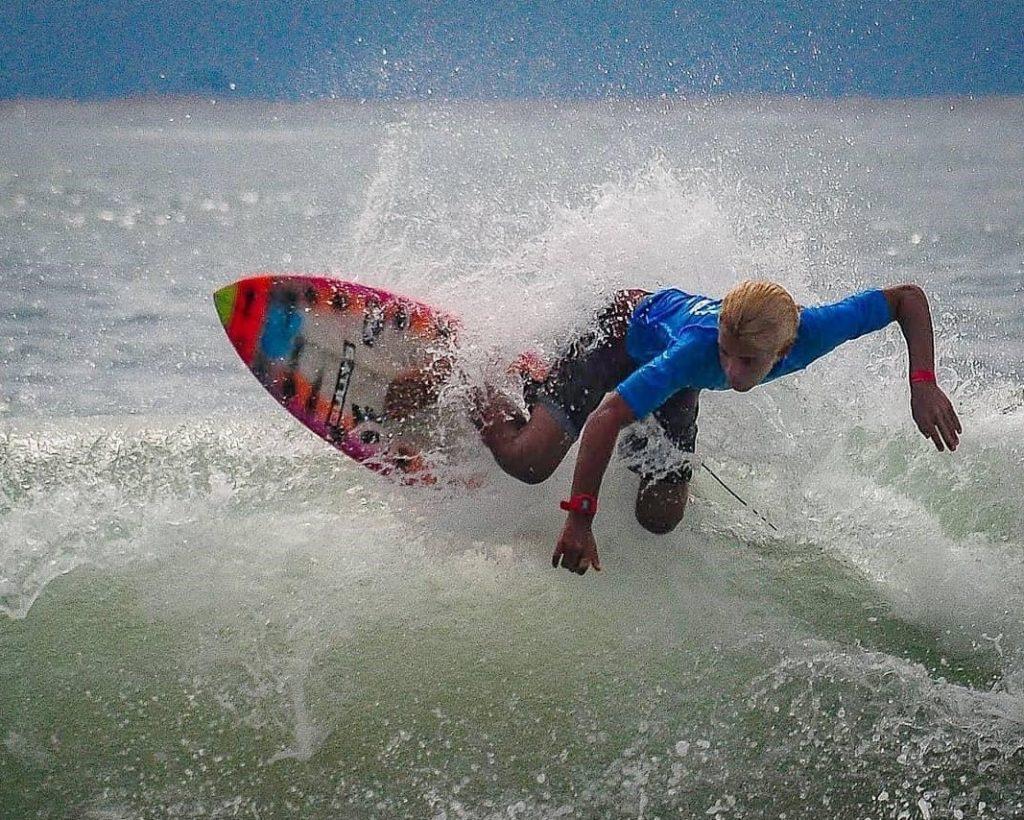 Rayan Fadul, 14, adora surfe, natureza, esportes e aprender novos idiomas.