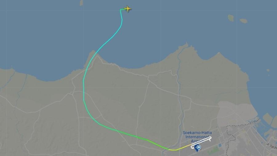 Aeronave some logo após decolar do aeroporto de Jacarta.