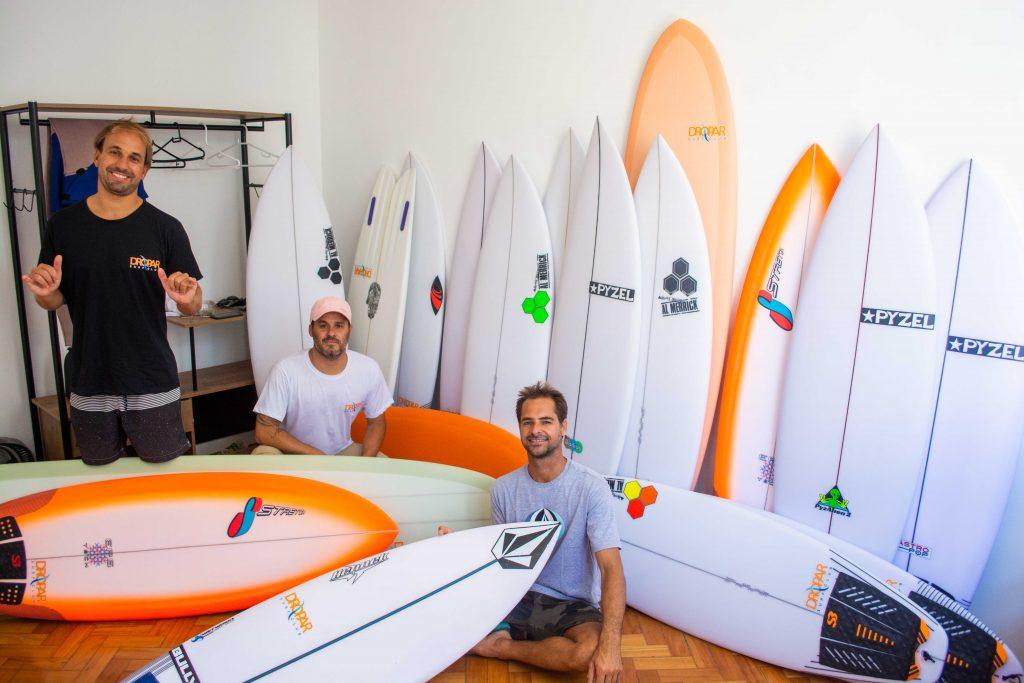 Fernando Peressutti, Xandinho Fontes e Marcelo Trekinho: Dropar Surf Club aposta no compartilhamento de pranchas para solucionar os problemas do dia a dia dos surfistas.