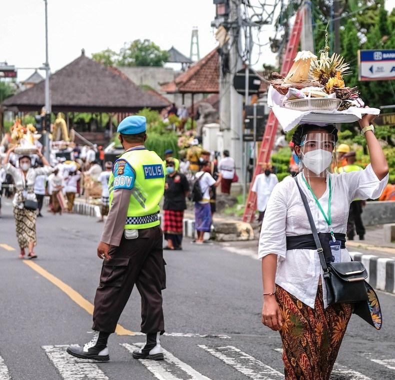 Além da prisão, recusa pode gerar multa de aproximadamente 100 milhões de rúpias indonésias, o equivalente a aproximadamente R$ 38 mil.