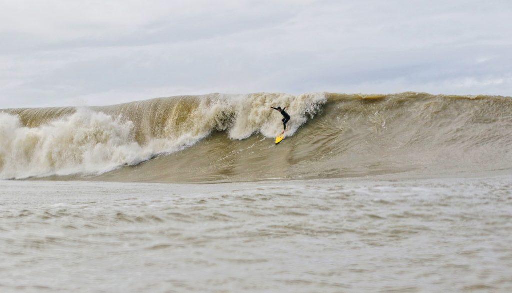Swell do quadrante Leste despertou ondas raras, como o Parcel de Balneário Camboriú (SC).