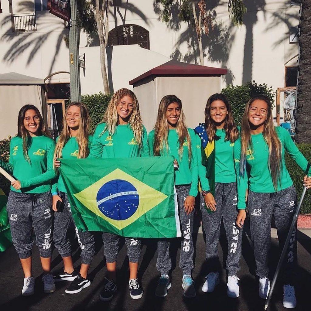 Mariana (segunda da esquerda para a direita) junto com o time de meninas que representaram o Brasil no Mundial Sub 16 da ISA.