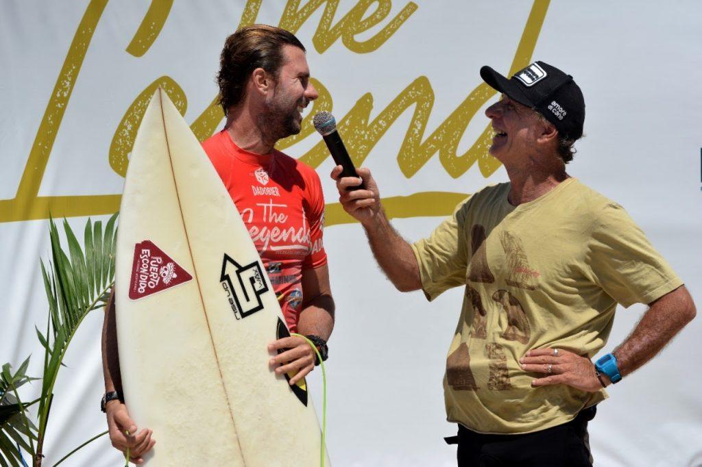 Atleta de Laguna Raphael Becker é entrevistado pelo bicampeão brasileiro Saulo Lyra nos bastidores da competição.