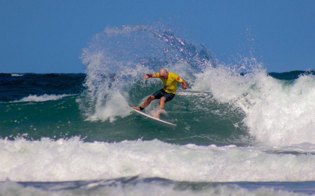Etapa conta com mais de mil ondas surfadas em 49 baterias. Na foto, Rodrigo Dornelles mostra que está com o surfe em dia.