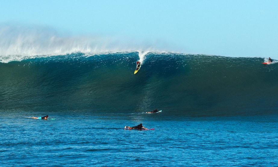 Keala Kenelly desce a bomba em outer reef de Oahu.