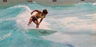Surfista brasileiro em apuros