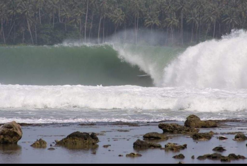 Onda de Lagundri Bay é considerada uma das mais perfeitas da Indonésia.