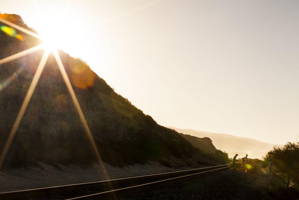 Para chegar à praia em Trestles é preciso passar pelo trilho do trem.