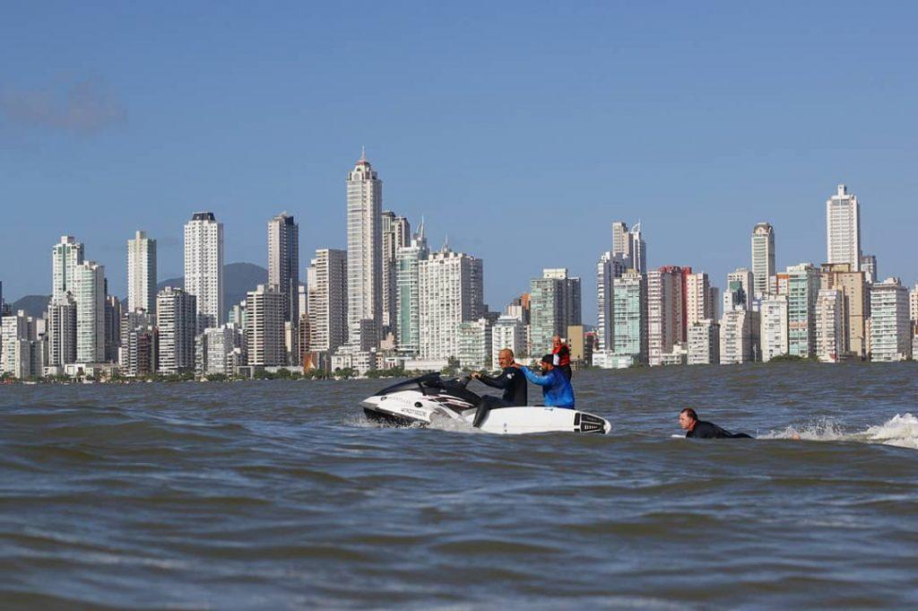 Bastidores de um dia histórico com ondas de até 12 pés no litoral norte catarinense.