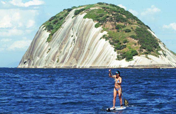 Perto de Ipanema, local é ponto de mergulho, passeios de barco e SUP.