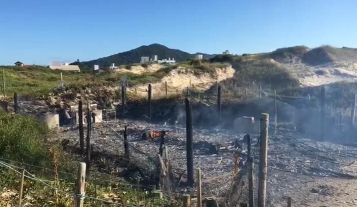 Incêndio já tinha destruído o mesmo rancho em 2016; ASC cria vaquinha para a reconstrução do local.