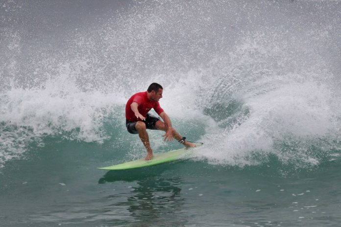 Andy King conseguiu retomar equilíbrio o suficiente para ir bem no free surf.